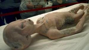 Besøkende ved UFO-museet i Roswell kan se på denne romvesen-modellen.