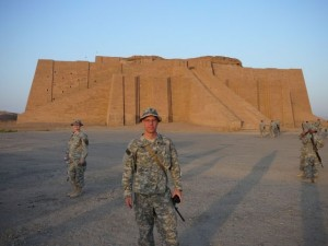 amerikanske soldater som står vakt utenfor en Ziggurat-bygning fra oldtiden i Ur i Irak.