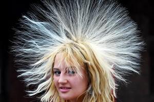 Statisk elektrisitet kan få håret til å reise seg på hodet.
