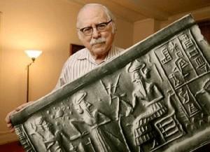 Zecharia Sitchin med sumerisk tavle